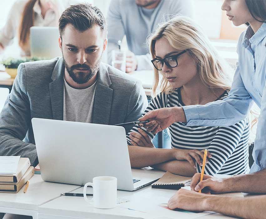 Businessmann und Businessfrau schauen in Laptop