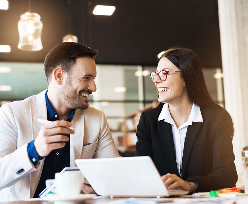 Businessmann und Businessfrau im Gespräch Karriere bei LeaseForce
