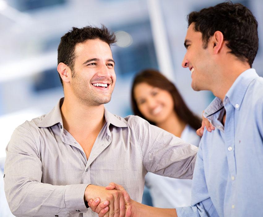 Zwei Business-Männer die sich die Hand geben
