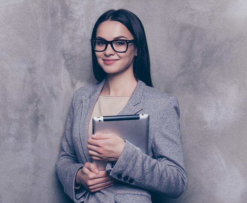 Brünette Businessfrau mit Brille und Laptop