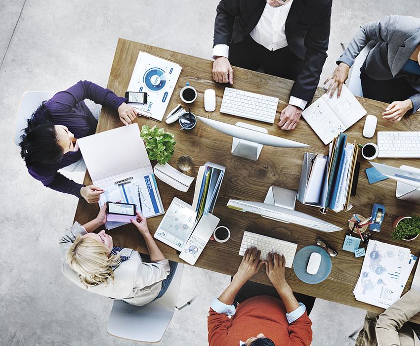 Business-Leute die an einem Schreibtisch arbeiten Blick von oben