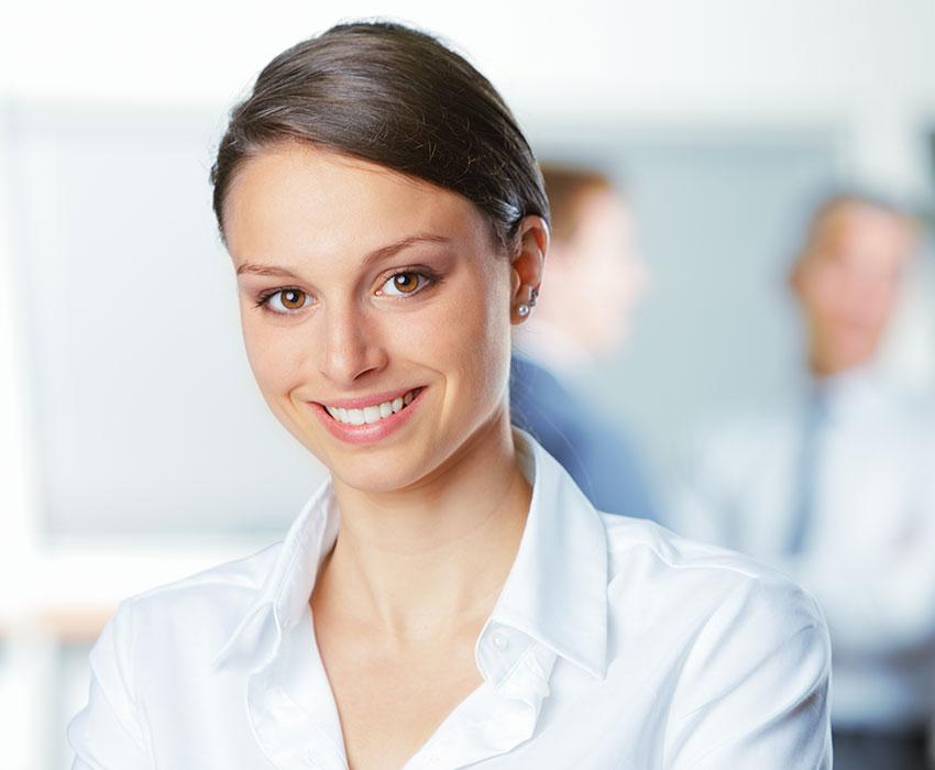Junge brünette Businessfrau in weißem Hemd Karriere bei LeaseForce